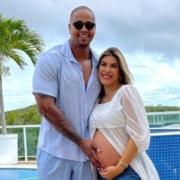 O cantor Léo Santana e a influencer Lorena Improta esperam seu primeiro bebê juntos