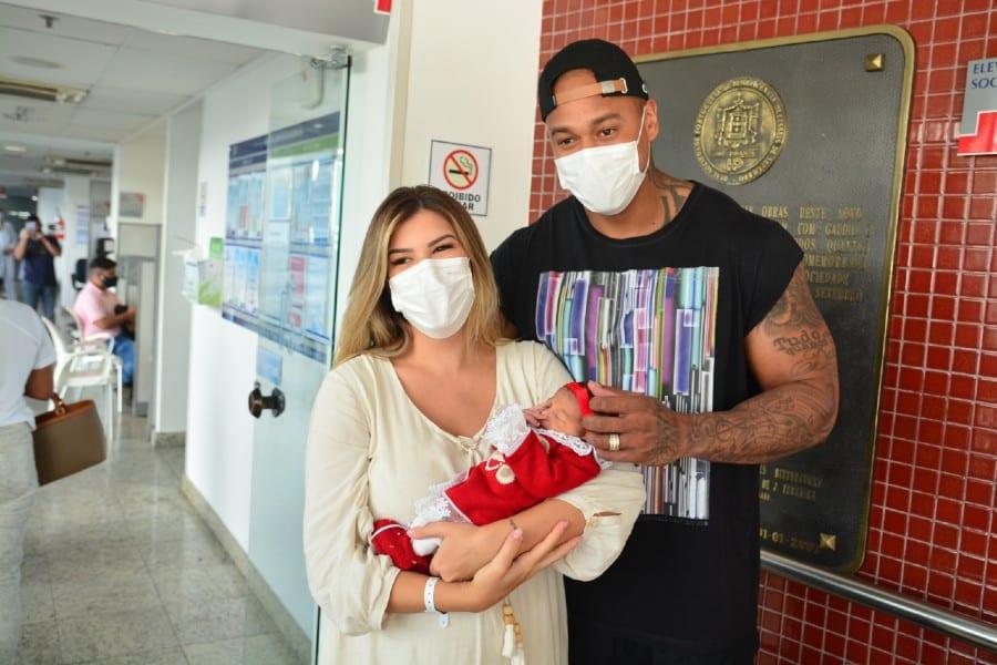 Lorena Improta e Léo Santana saindo com sua bebê Liz da maternidade