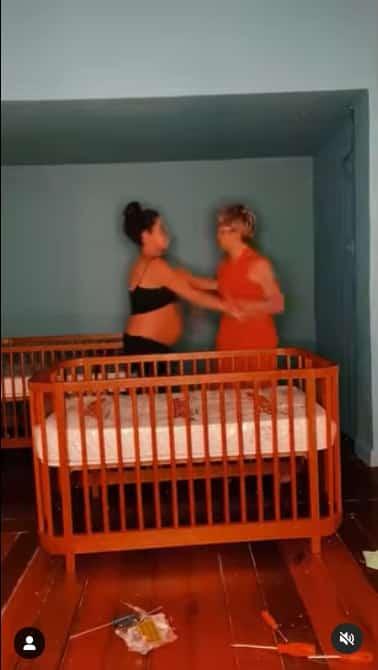 Nanda Costa com a esposa no quarto das filhas