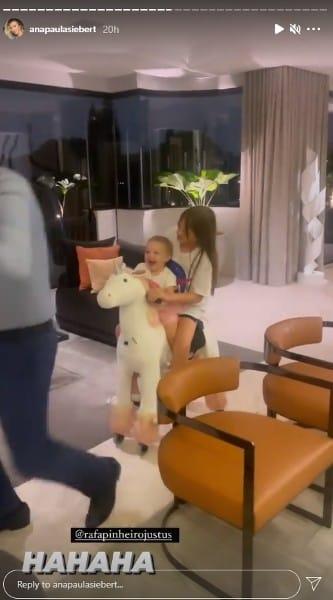 As filhas mais novas do apresentador Roberto Justus se divertindo no apartamento do pai