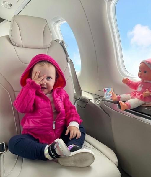 Vicky, filha de Roberto Justus e Ana Paula Siebert, viajou com a mãe