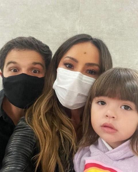 Sabrina Sato e Duda Nagle precisaram levar a filha ao médico