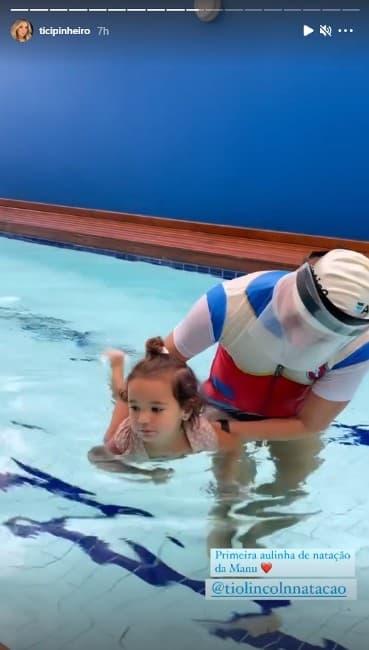 Manu se divertiu na aula de natação e a mamãe Ticiane Pinheiro filmou a bebê