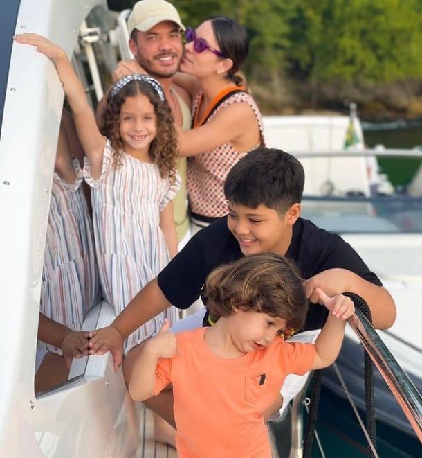 Wesley Safadão com sua esposa e os filhos