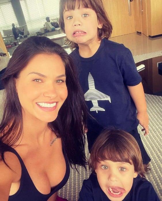 A modelo Andressa Suita com seus dois filhos
