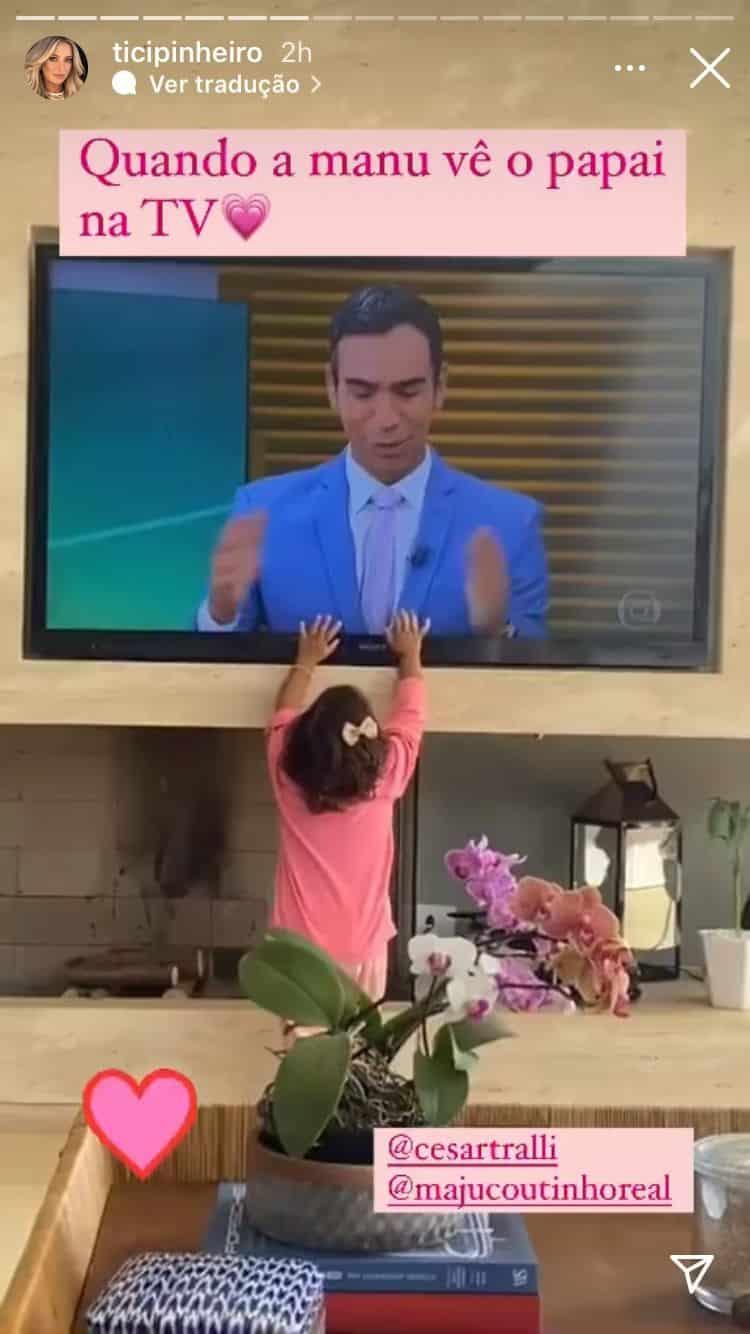 Manuella vendo seu pai César Tralli na televisão