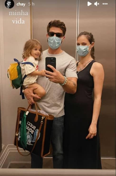 Chay Suede junto com a esposa grávida e a filha