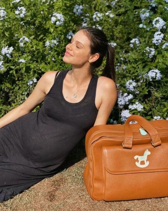 A atriz Laura Neiva, esposa de Chay Suede, encantou ao mostrar a barriga e a bolsa de maternidade