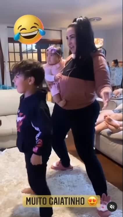 Fabíola Gadelha grávida e com os dois filhos da cantora Simone