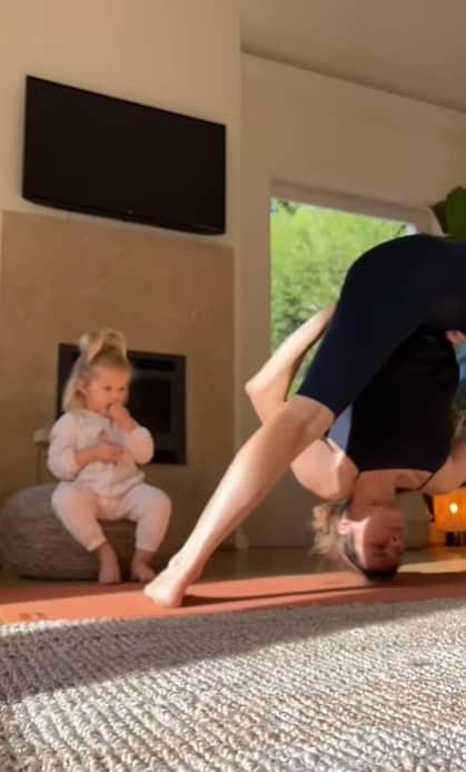 Fernanda Lima praticando o ioga na companhia da filha
