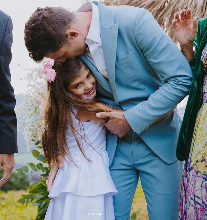 Filha de Grazi Massafera posando de daminha no casamento do ator