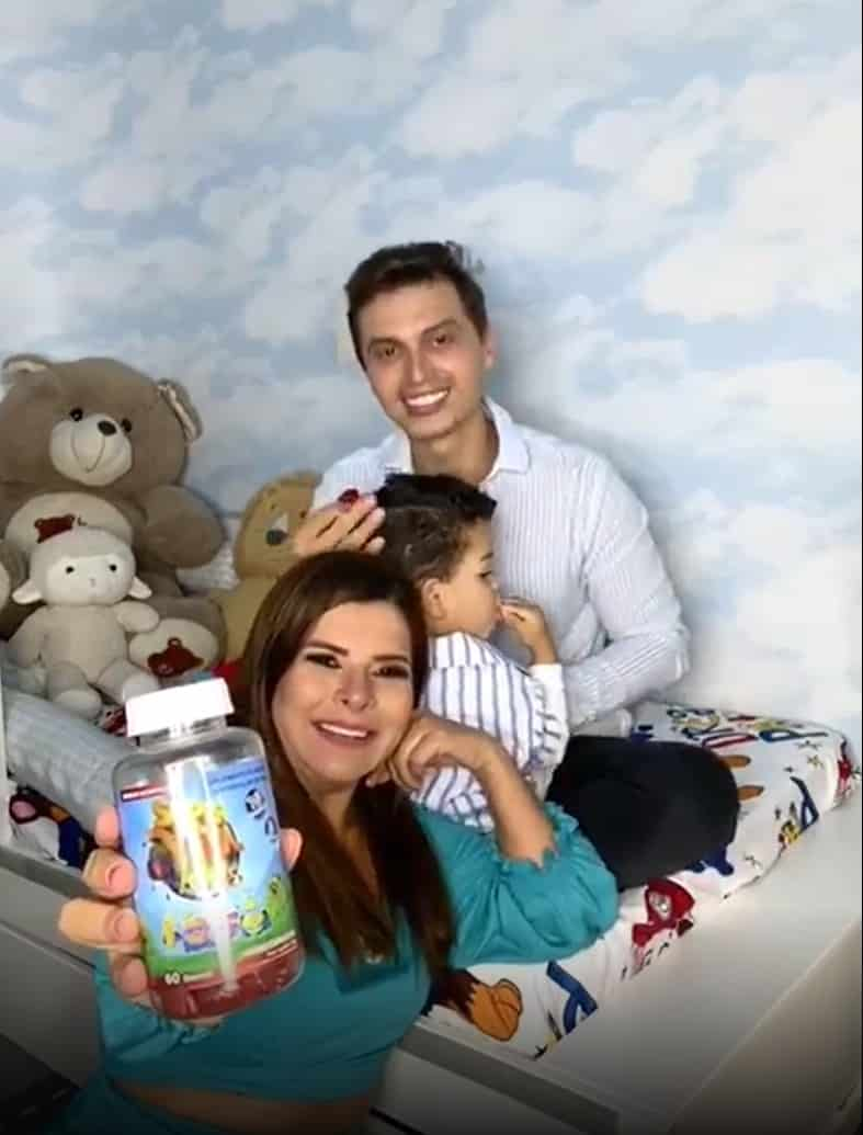 Mara Maravilha ao lado do filho e do marido no quarto do menino Benjamin
