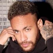 O filho do jogador Neymar apareceu jogando futebol