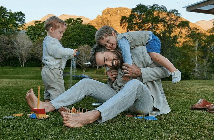 Viúvo de Paulo Gustavo junto com os dois filhos