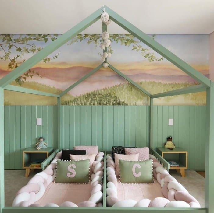 As camas das gêmeas Chiara e Sienna, netas de Roberto Justus, formam uma linda casinha