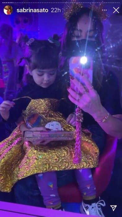 A pequena Zoe, filha de Sabrina Sato e Duda Nagle, vestida de boneca
