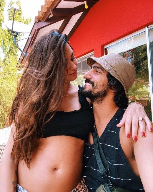 Thaila Ayala acompanhou o marido, Renato Góes, na gravação de uma novela