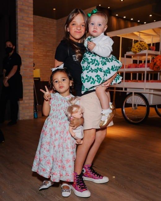 Ticiane Pinheiro flagrou Rafinha dançando com as irmãs
