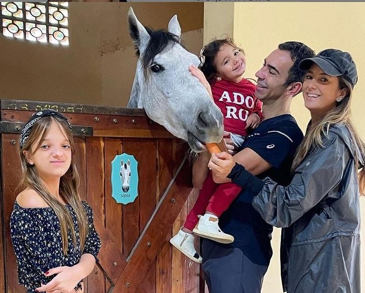 Ticiane Pinheiro ao lado das filhas e do marido